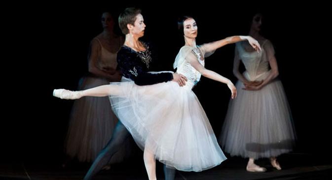 """Giselle"", Leonid Sarafanov (Albrecht), Olesya Novikova (Giselle). Crédit : Lelli e Masotti"