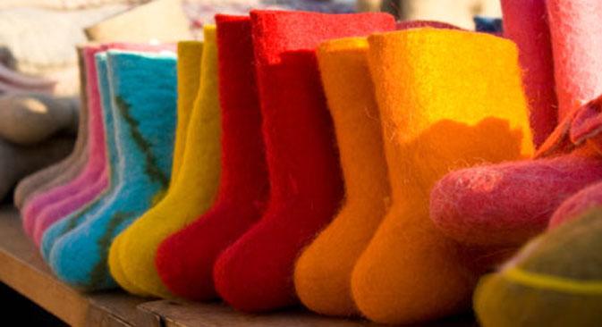 Désormais, les valenki sont proposées dans plusieurs couleurs et son brodées avec des motifs très différents, allant des plus enfantins aux concepts modernes élaborés. Crédit : Lori/Fotobank