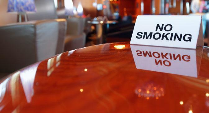 Ce projet de loi vise à interdire de manière progressive la cigarette dans tous les lieux publics, y compris les cafés, les restaurants, les hôpitaux, et même les cages d'escalier des immeubles.  Crédit : Lori/Legion Media