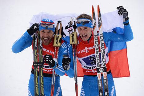 De g. à dr.: les Russes Alexeï Petoukhov et Nikita Krioukov, ont remporté la médaille d'or du sprint 6x1,5 km par équipe. Crédit : Getty Images/Fotobank