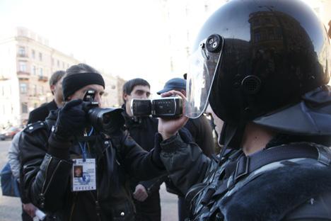 Les journalistes photographient les forces de l'ordre lors d'une manifestation pour défendre l'article 31 de la Constitution de la Fédération de Russie. Crédit photo : ITAR-TASS / Interpress / Alexeï Smychliaïev