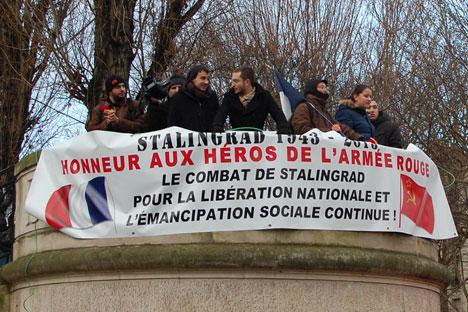 Des centaines de personnes se sont rassemblées le samedi 2 février à la place de la Bataille de Stalingrad à Paris pour le 70ème anniversaire de la  Bataille de Stalingrad. Crédit : Maria Tchobanov