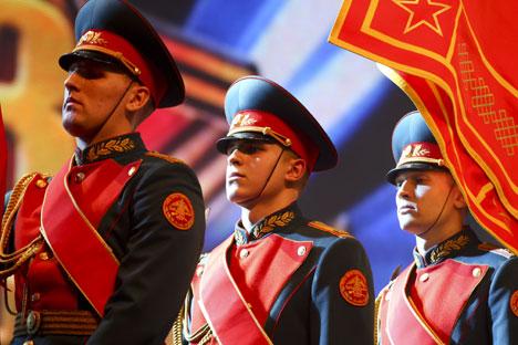 Le 23 février, dans de nombreuses villes du pays, des cortèges solennels, des parades et des concerts ont lieu, et à Moscou, en l'honneur de cette fête, on donne chaque année une salve festive. Crédit : Itar-Tass
