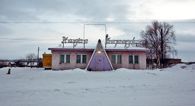 Il semble que le froid ait conservé Korzounovo, ses monuments semi-détruits et ses voitures rouillées, en transformant ce village en une exposition de l'époque soviétique. Crédit photo: Anton Panin / Vyacheslav Vazyulya