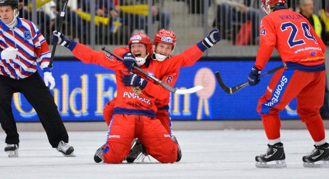 En finale du championnat du monde de bandy, l'équipe russe s'est imposée face aux Suédois 4 à 3. Crédit : АFP/East News