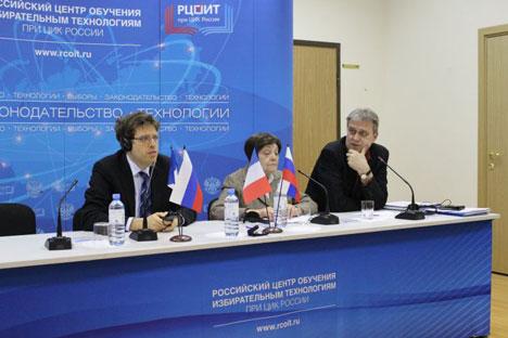 De gauche à droite : William Gilles (IMODEV), Illariya Batchilo (Institut de l'État et du Droit) et Alexandre Ivantchenko (Commission centrale électorale). Crédit photo: www.cikrf.ru