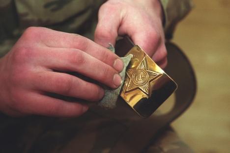 La ceinture de l'armée soviétique dans sa forme actuelle est apparue après la Seconde Guerre mondiale. C'est un solide ensemble de cuire marron et une boucle en laiton avec une étoile en relief. Crédit : PhotoXPress