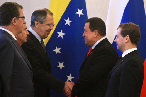 Hugo Chavez serre la main du ministre russe des Affaires étrangères Sergueï Lavrov à Moscou, Russie. Octobre 2010. Crédit : Itar-Tass