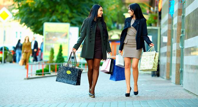 De nombreuses études montrent que les femmes russes n'hésitent pas à dépenser beaucoup dans les vêtements et les cosmétiques. Crédit : Depositphotos