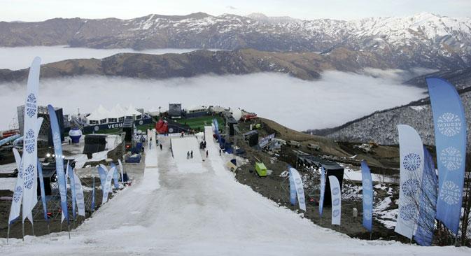 La saison devrait durer pendant six mois, de novembre à avril. Mais en mars, la seule neige visible est sur une piste artificielle pour la glisse extrême. Crédit : RIA Novosti
