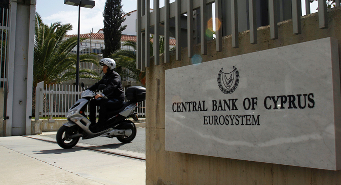 Pour éviter la catastrophe, la Banque centrale chypriote devra introduire des mesures restrictives, comme le gel des transactions ou bien la commission de retrait. Crédit : AP