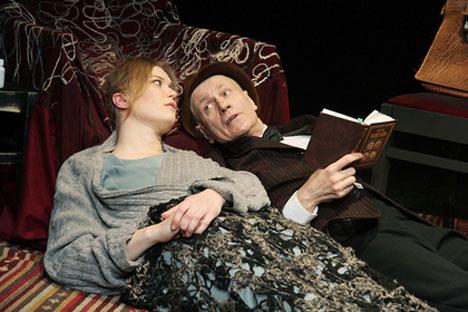 Chacun des dix acteurs de la pièce interprète plusieurs rôles parfois complètement contradictoires. Source : mxat.ru