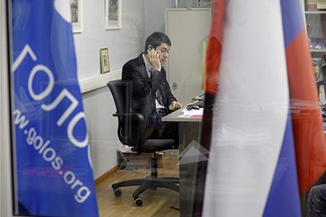 Diretor da Gólos, Grigóri Melkonian, no escritório da ONG em Moscou Foto: AP Photo/Ivan Sekretarev