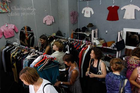 Les affaires affluent à la Lavka radosteï (boutique des petites joies), contre toute attente. Et pour la plupart, il s'agit de vêtements de marque. Crédit photo : Vadim Kantor / Moskovskie novosti