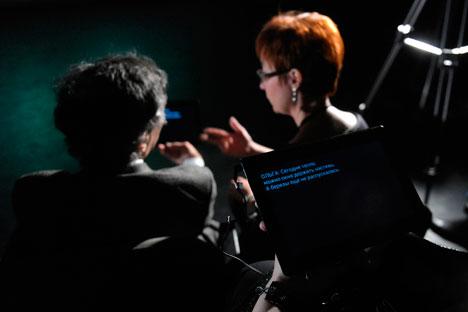 Les tablettes digitales sont distribuées à l'entrée avant la représentation. Crédit : Kirill Kalinnikov / RIA Novosti