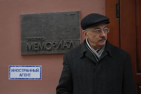 Alexandre Tcherkassov, dirigeant du centre pour les Droits de l'Homme Memorial, près de son bureau. Crédit : RIA Novosti