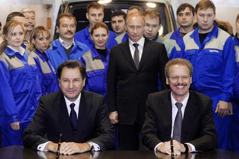 Bo Inge Andersson de GAZ Group (à g.) et Vans' Volker Mornhinweg (à dr.) de Mercedes-Benz ont signé un mémorandum de coopération en 2010. Crédit : Itar-Tass