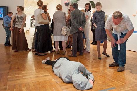 Selon un représentant de la Galerie Trétiakov, il y avait eu quelques cas où les visiteurs se sont plaints de l'œuvre qu'ils ont associé à un cadavre. Source : page Facebook d'Arseniy Zhilyaev