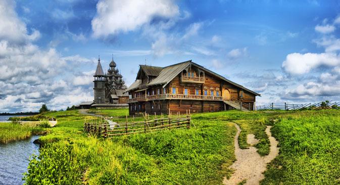 Située sur le rivage nord-ouest du lac Onega, en Carélie, l'île de Kiji permet aux visiteurs d'apprécier les structures en bois de la culture traditionnelle du Nord de la Russie. Crédit photo : Lori / Legion Media