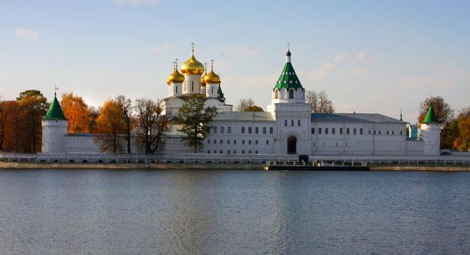 Un fois à Kostroma, ne loupez pas ses deux célèbres monastères : le monastère Ipatiev (sur la photo) et Bogoïavlenski, où sont conservées les icônes miraculeuses. Crédit : Lori / Legion Media