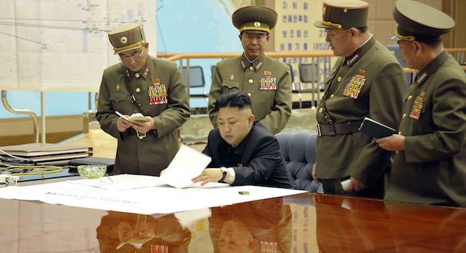 Le dirigeant nord-coréen Kim Jong-un (au centre) et le personnel militaire discutent de leur stratégie. Crédit: Reuters