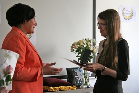 Zoya Arrignon, president of Renaissance Française's Russian delegation (L) awards the French project's editor-in-chief, Maria Afonina. Source: Tatiana Chramtchenko
