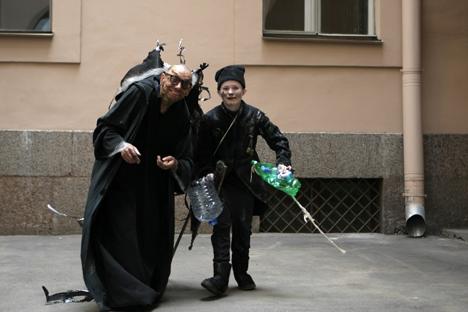 Les spectacles de rue, tout comme l'exposition, étaient consacrées aux poubelles : des centaines d'acteurs ont endossé des costumes faits de bouteilles en plastique, sacs et emballages. Crédit : Natalia Pietra/RG
