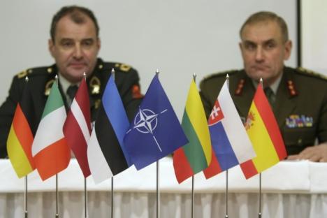 Bien que les positions russe et américaine (et de l'OTAN) divergent fortement dans le domaine juridique, on observe cependant pour la première fois un rapprochement dans le domaine pratique. De g. à dr.: Le chef d'état-major de l'armée estonienne Ant