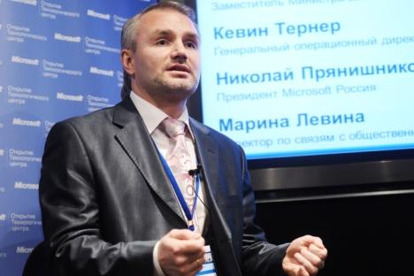 En 2011, le président de Microsoft Russie, Nicolaï Prianichnikov, a signé un contrat avec l'adjoint du PM Dmitri Kozak déclarant Microsoft comme le fournisseur officiel de programmes informatiques pour les JO de Sotchi. Crédit : Itar-Tass