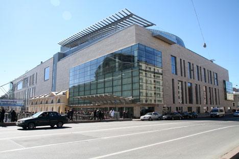 De larges baies vitrées aux angles donnent une vue dégagée sur la perspective, le canal et, depuis les étages supérieurs, sur les toits et les coupoles de Saint-Pétersbourg. Crédit : Gilles Guerlet