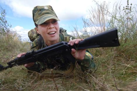 """L'amiral Vladimir Komoïedov : """"Etant donné que nous avons échoué avec le recrutement sous contrat, il faut les remplacer par des femmes"""". Crédit : RIA Novosti"""