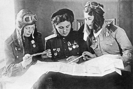 De g. à dr.: Les pilotes Tonia Rozova, Sonia Vodianik et Lida Goloubeva discutent un combat. Crédit : Itar-Tass