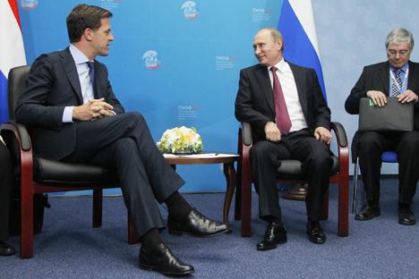 Lors du SPIEF-2013, le président russe Vladimir Poutine (2e à droite) s'est entretenu avec Premier ministre des Pays-Bas Mark Rutte (à gauche). Crédit : Konstantin Zavarzine/RG