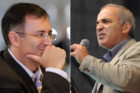 Sergueï Gouriev, un des économistes russes les plus réputés (à g.) et  le champion d'échecs et opposant russe Garry Kasparov (à dr.). Crédit : Reuters / Itar-Tass