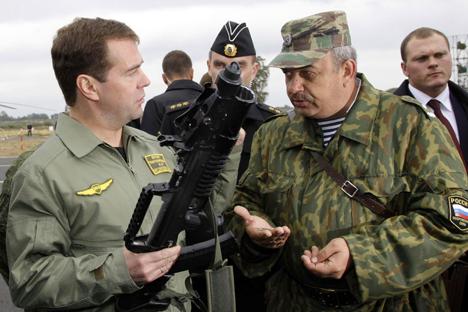 Dmitri Medvedev (à g.) tient un fusil d'assaut APS lors de l'exercice militaire West-2009. Crédit : AP