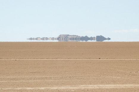 On connaît bien les exemples de mirages apparaissant dans le désert, lorsque devant le regard du voyageur troublé apparaît une image rappelant une étendue d'eau. Crédit photo : bobrayner / Flickr