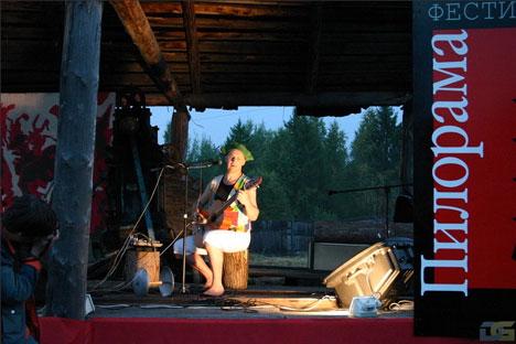 Le forum citoyen international Pilorama a été conçu comme un festival de chansons d'auteurs-compositeurs mais incluait également des expositions, des représentations théâtrales, des projections de films, ainsi que des débats politiques.Source : Service de presse