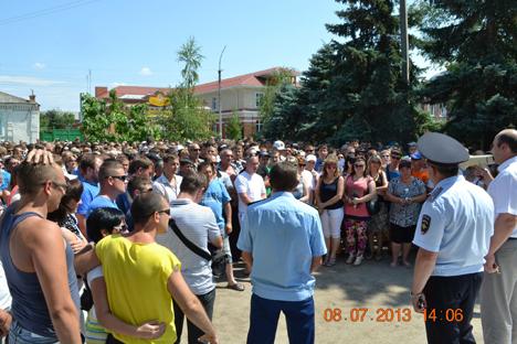 Dimanche soir, des centaines d'hommes, amis et famille de Mardjanov, se sont réunis sur la place de la Cathédrale de Pougatchev pour venger son assassinat. Crédit : RIA Novosti