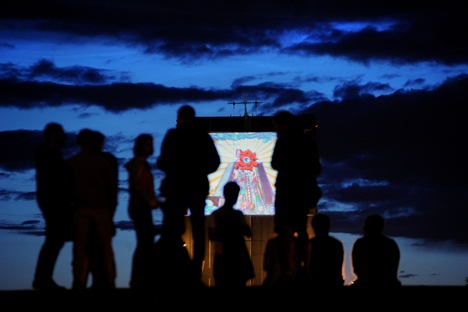 Le pont de la Trinité à Saint-Pétersbourg s'est transformé en une salle de cinéma géante pour servir à la projection des meilleurs dessins animés du monde entier. Crédit : Itar-Tass