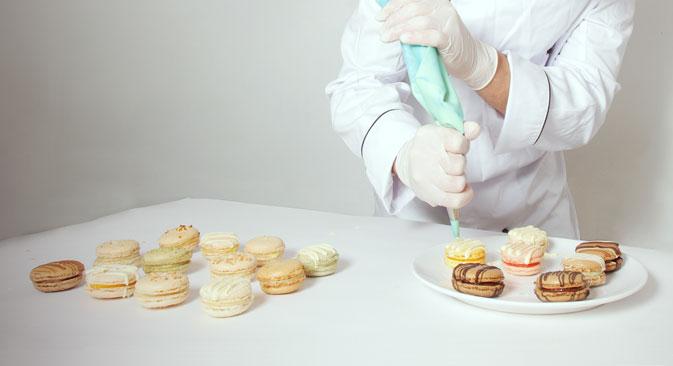 Parmi les recettes recommandées par le site figurent du chocolat noir avec des roses de massepain, des coquerets et des goyaves, ainsi que des macarons à rose et à thé vert. Source : Service de presse