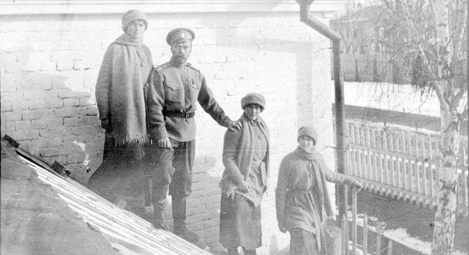 Nikolaï, Olga, Tatiana et Anastasia pendant leur captivité à Tobolsk en 1917.