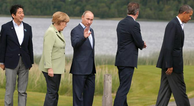 G-8, 18 juin 2013, de g. à dr.: le Premier ministre japonais Shinzo Abe, la chancelière allemande Angela Merkel, le president russe Vladimir Putine, le Premier ministre britannique David Cameron et le président américain Barack Obama en Irlande du Nord. Crédit : AP
