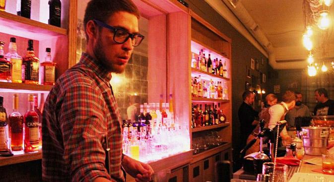 Il est indiqué dans les règles de « Take it easy, darling » qu'ici, par principe l'on ne sert pas les cocktails les plus populaires comme le « Long-Island », rhum-cola et B52. Source : facebook.com/TakeItEasyDarling
