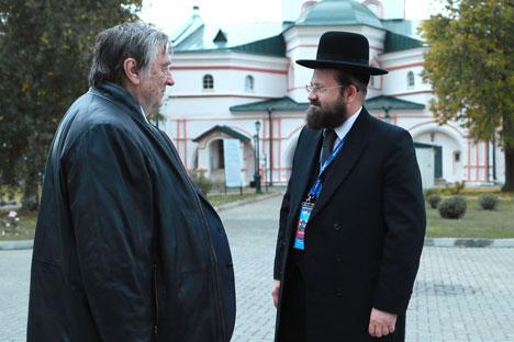Der Publizist Alexander Prochanow und der Rabbi Aaron Gurewitsch (rechts) w;hrend des Treffens von Waldai-Club im Iwerski-Kloster. Foto: RIA Novosti