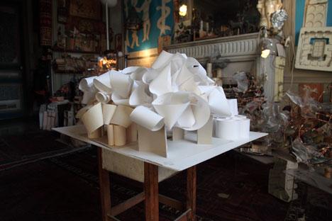 Yona Friedman présente ses improvisations architecturales realisées en papier. Source : Service de presse