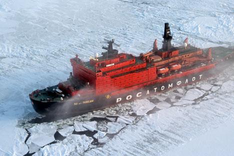 Les brise-glaces nucléaires ont transformé le passage du Nord-Est en une route maritime bien développée en rendant possible la navigation tout au long de l'année dans l'Arctique de l'Ouest. Crédit : Itar-Tass