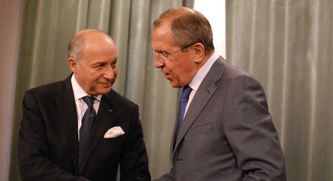 Laurent Fabius (à g.) et Sergueï Lavrov. Les deux ministres veulent la fin du conflit et une conférence de paix. Crédit : Benjamin Hutter