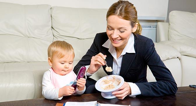 Selon la législation russe, la durée maximale du congé maternité est de trois ans ; durant toute la priode, la jeune mère garde son poste et l'employeur est donc obligé de la réintégrer au sein de son équipe après son retour. Crédit : Shitterstock