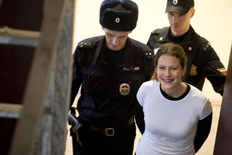 Após pagamento de fiança, a bióloga gaúcha ganha liberdade provisória. Ela foi a primeira do grupo a deixar o Centro de Detenções em São Petersburgo Foto: AFP / EastNews
