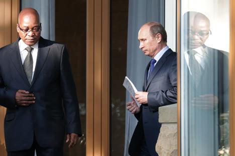 Le président sud-africain Jacob Zuma (à g.) et le président russe Vladimir Poutine. Crédit : AP